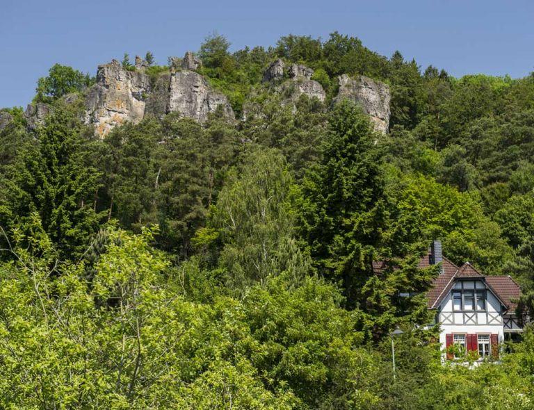 Haus unterhalb des Felsens