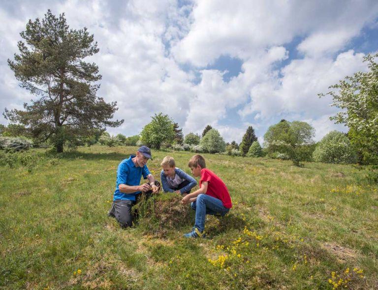 Kinder entdecken die Heide und Borstgrasrasen