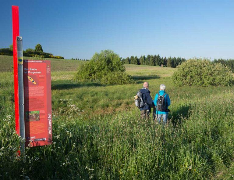 Blick auf Infotafel und Hetsche Maar © Natur- und Geopark Vulkaneifel GmbH, Kappest