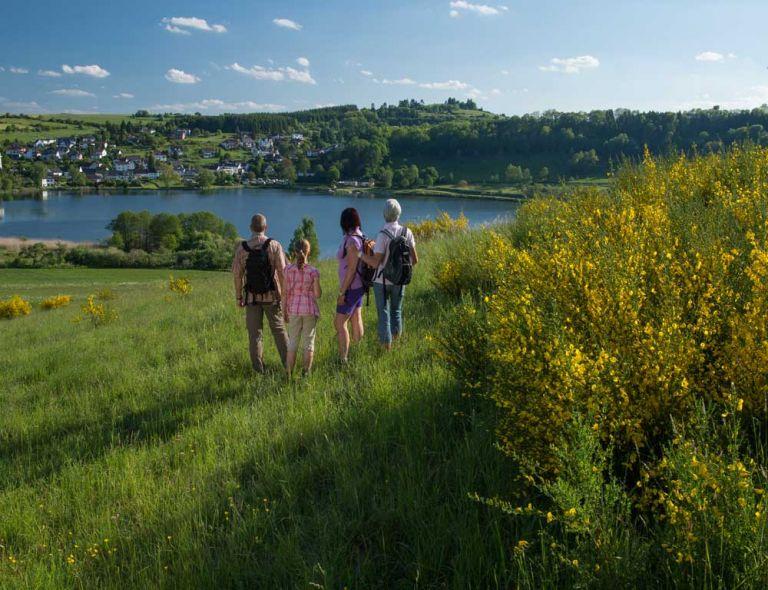 Wanderer am Schalkenmehrener Maar© Natur- und Geopark Vulkaneifel GmbH, Kappest