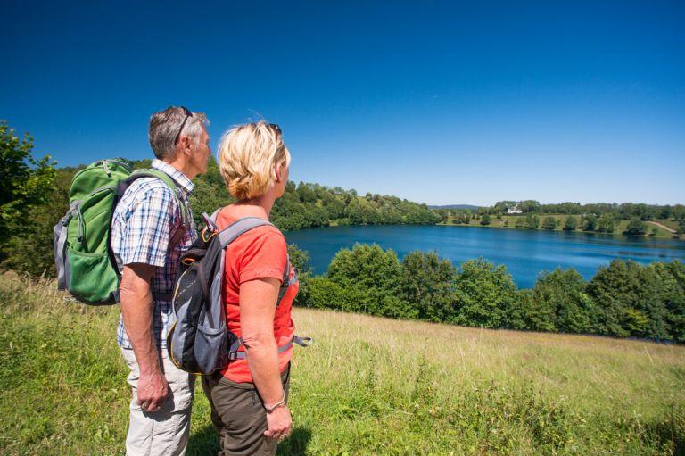 Wanderer am Weinfelder Maar © Natur- und Geopark Vulkaneifel GmbH, Kappest