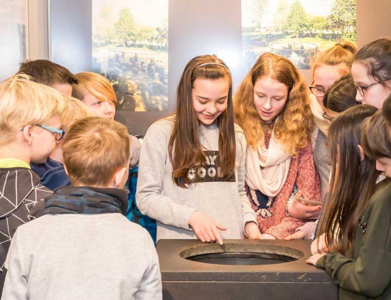Vulkanmuseum:Kinder am Modell des