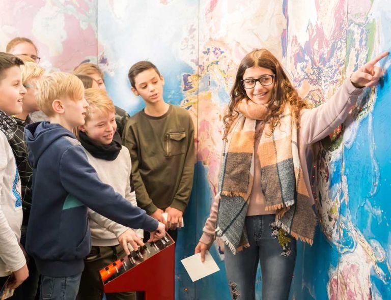 Vulkanmuseum:  Kinder An der Wandkarte der Tektonischen Erdplatten