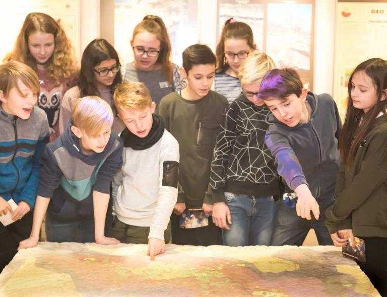 Vulkanmuseum: Kinder am Relief-Modell der Maare